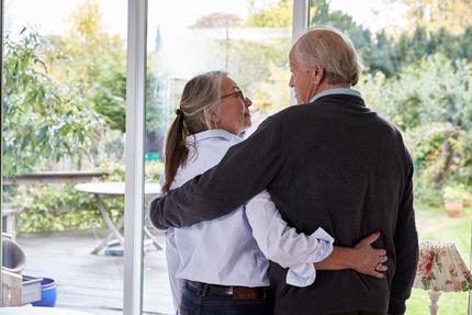 Inger 69 år (2016), Gerhardt 74 år (2016), par, parforhold, nærvær, kram, pårørende