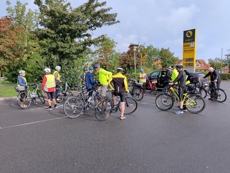 Cykelgrupperne fra Rønne og Nexø samles ved Nettos parkeringsplads i Nexø (foto: Kørvel).